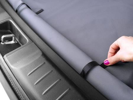 Czarna mata do bagażnika z antypoślizgową powierzchnią dla psa - rozmiar M