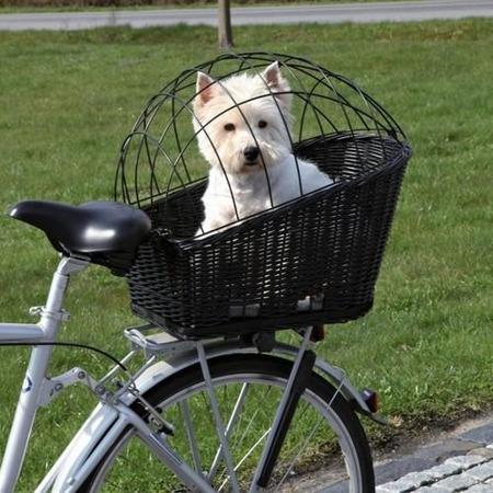 Czarny kosz wiklinowy zamykany na bagażnik roweru